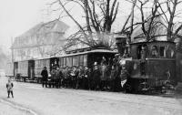 """Die letzte Fahrt der Dampfstraßenbahn ab Arheilgen am 31. März 1922 (im Hintergrund der """"Löwe"""")"""