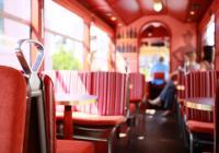 Im rot gehaltenen Triebwagen des Datterich-Express gibt es 22 Sitzplätze