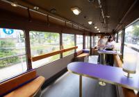 Der Loungewagen bietet bequeme Anlehnmöglichkeiten zum Stehen und an den acht Sitzplätzen viel Beinfreiheit