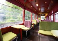 Im Beiwagen des Datterich-Express können Gäste an 2-er und 4-er Tischen Platz nehmen