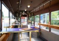 Mit seinen Stehtischen bietet der Loungewagen des Datterich-Express Bar-Atmosphäre