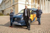 Oberbürgermeister Jochen Partsch und die HEAG mobilo Geschäftsführung Bettina Clüsserath und Michael Dirmeier freuen sich, dass die dritte Säule des ÖPNV in Darmstadt mit dem HeinerLiner nun am Start ist.