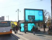 Die großen dynamischen Fahrgastinformationsanzeiger auf dem Vorplatz des Darmstädter Hauptbahnhofs laufen seit Anfang November wieder stabil.