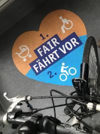 Maximal zwei Fahrräder pro Aufstellfläche sind in den Bussen und Bahnen im DADINA-Gebiet erlaubt.