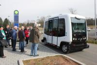 Auf Testfahrt mit autonom fahrenden Kleinbus