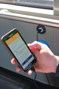 An fast jeder Sitzreihe der neuen Busse können Fahrgäste über USB-Buchsen ihr Handy aufladen.
