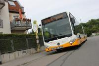 Ein neuer Gelenkbusse an einer Haltestelle