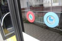 Blaue Taster unterbrechen die automatische Türschließung und lassen mehr Zeit zum Einsteigen.