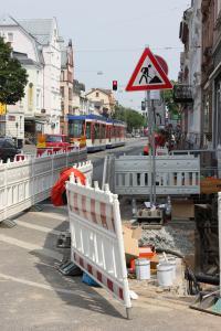 In der Heidelberger Straße in Bessungen haben die vorbereitenden Arbeiten für die Sommerferien bereits begonnen.