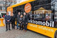 Vetreter von Stadt und und Landkreis gemeinsam mit der Geschäftsführung der HEAG mobilo vor dem ersten Elektrobus für Darmstadt.