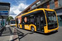 Elektrobus der HEAG mobilo an der Wartehalle in Darmstadt-Eberstadt
