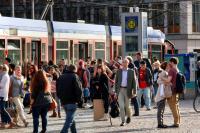Fahrgäste auf dem Darmstädter Luisenplatz