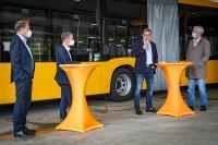 Entega-Geschäftsführer Thomas Schmidt, Mobilitätsdezernent Stadtrat Michael Kolmer, HEAG mobilo-Geschäfsführer Michael Dirmeier und Oberbürgermeister Jochen Partsch (v.l.) bei der Vorstellung der neuen Gelenkbusse.
