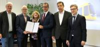 Die Geschäftsführungen von HEAG mobilo und Stadler mit dem Vertrag über die Lieferung der 14 neuen Straßenbahnen.
