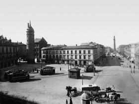 Ernst-Ludwigs-Platz, 1897: Die elektrische Straßenbahn fährt vom Böllenfalltor zu den Bahnhöfen, die Gleise des Feurigen Elias wurden auf die Nordseite der Rheinstraße verlegt.