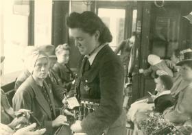 Frauen ersetzen die Männer auf der Straßenbahn, 1941