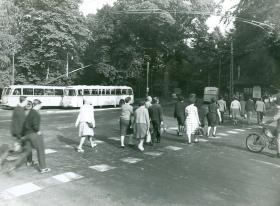 Eine Ära geht zu Ende: Obusse an der Haltestelle Böllenfalltor, 1961