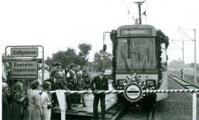 Endlich: Am 18. August 1979 erhält Alsbach den langersehnten Straßenbahnanschluss. Die letzte Hürde – die Stadtgrenze.