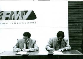 Darmstadts Oberbürgermeister Peter Benz (l.) und Bürgermeister Michael Siebert unterzeichnen am 28. Mai 1995 den RMV-Gründungsvertrag.