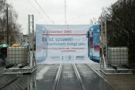Bannerdurchfahrt: Die Neubaustrecke nach Kranichstein kurz vor der Eröffnung.