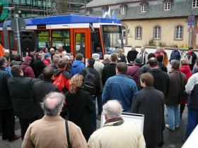 Großer Andrang: Die erste von 18 ST14-Bahnen wird in Betrieb genommen.