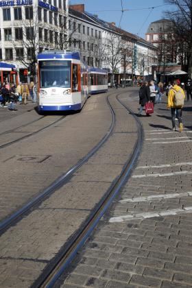 Die Gleiskurve vor dem Luisencenter, die noch aus den 1970er Jahren stammt, wird erneuert.