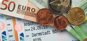Fahrschein mit Münzen