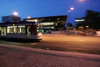 Straßenbahn fährt durchs nächtliche Darmstadt